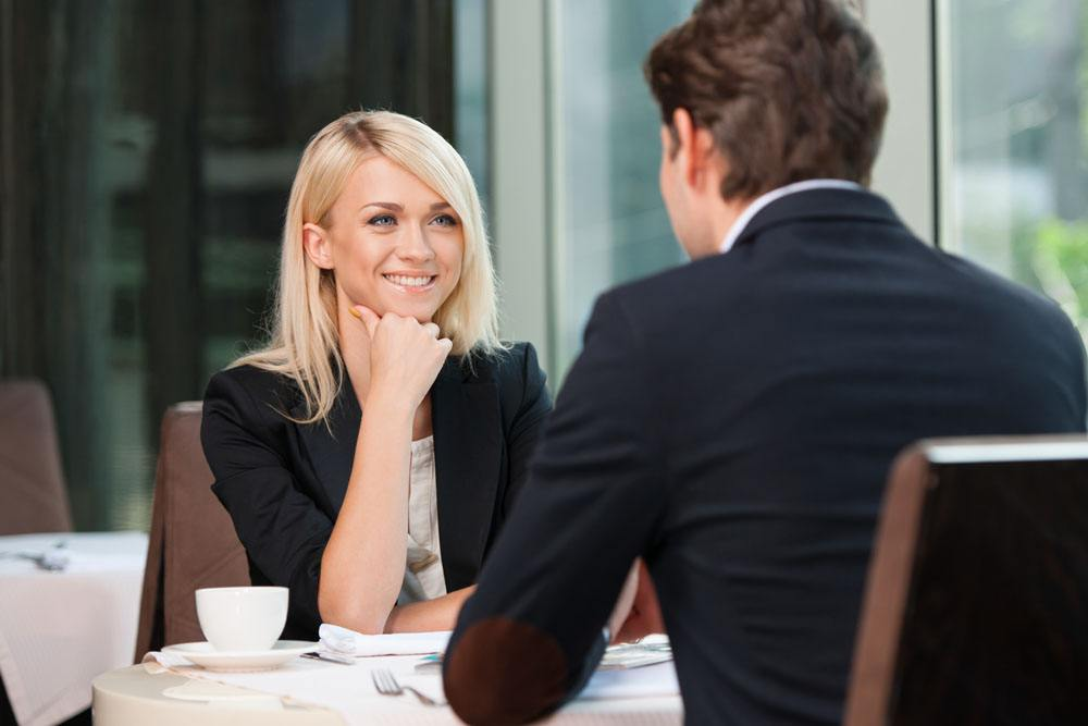 风辰微问答|与女生第一次约会吃饭时(有把她的意愿),女方提出AA制,该不该接受?-风辰恋爱PUA